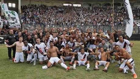 Jogadores e comissão técnica vascaína celebraram ainda no gramado (Rafael Ribeiro/Vasco)