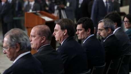 O presidente Jair Bolsonaro acompanhado por Sergio Moro e outros ministros