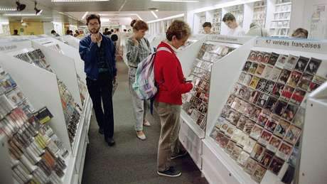 Loja de cassetes em Paris, em 1987; alguns artistas renomados relançaram suas obras nessa mídia