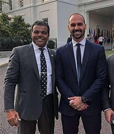 O lobista Jerry Pierce-Santos e o deputado federal Eduardo Bolsonaro, filho do presidente da República