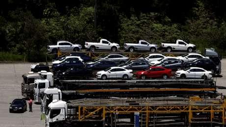 Veículos recém-fabricados em planta da Volkswagen em São Bernardo do Campo, SP 05/01/2017 REUTERS/Paulo Whitaker