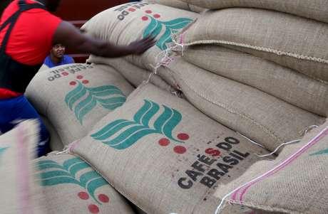 Sacas de café para exportação no porto de Santos (SP)  10/12/2015 REUTERS/Paulo Whitaker
