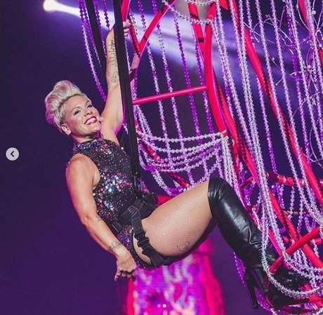 P!nk: a cantora fez um show cheio de sucessos e malabarismos incríveis. A cantora já começou com tudo pendurada em um lustre, mas o uso de uma estrutura para voar sobre a Cidade do Rock ganhou o público e entrou para a história do festival.