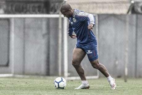 Sánchez voltou a treinar com bola no CT Rei Pelé (Foto: Ivan Storti/Santos)