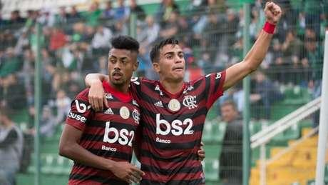 Bruno Henrique com Reinier comemoram a vitória do Flamengo na Arena Condá (Foto: Alexandre Vidal / Flamengo)