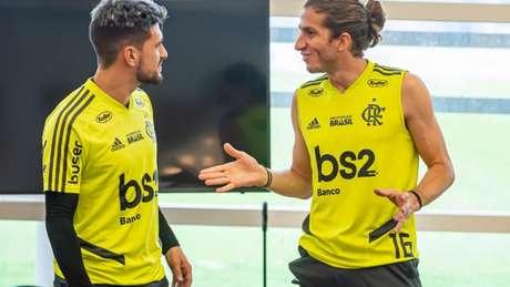 Arrascaeta e Filipe Luís durante atividade no Ninho do Urubu (Foto: Marcelo Cortes / Flamengo)