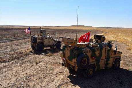 Blindados de Turquia e EUA na cidade de Tal Abyad, na fronteira síria, em foto de 8 de setembro de 2019