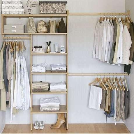 40. O closet aberto de madeira é sempre mais interessante. Foto: Dicas Deco