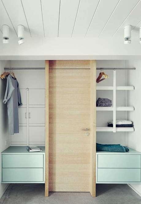 76. O closet aberto pode estar associado à porta do quarto. Foto: Decor Fácil