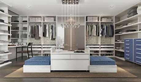 80. As suas roupas viram peças decorativas no closet aberto. Foto: Decorando Tudo