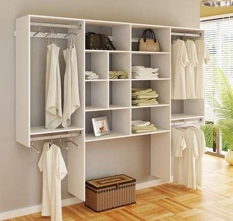 48. Este closet aberto usa uma estrutura semelhante a de um guara-roupa. Foto: Super Closets