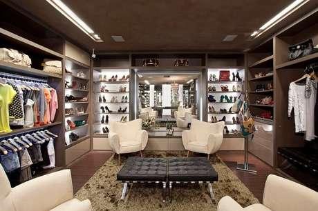 78. Este closet aberto é interessante por ter muitos elementos que compõem a decoração. Foto: Decorando Tudo