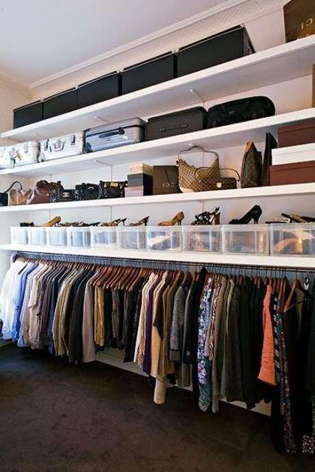29. Caixas podem ser usadas para compor o closet aberto. Foto: Easy Bizzi Global