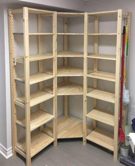 31. A madeira crua também é muito interessante no closet aberto. Foto: Simply Crafted Spaces