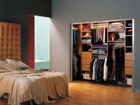 82. O seu quarto ganha muito com um closet aberto. Foto: Decorando Tudo