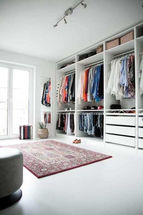 21. O closet aberto é interessante por trazer as roupas para a decoração. Foto: Dekor Mode