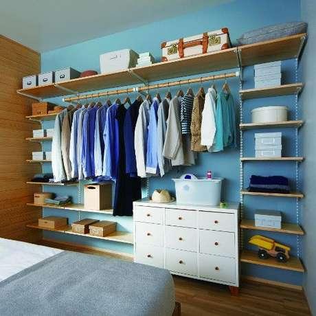 41. O closet aberto é interessante quando associa elementos do guarda-roupa. Foto: Viva Decora