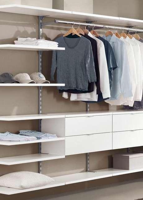 52. Montar o closet aberto também é algo simples. Foto: Attic Stairs