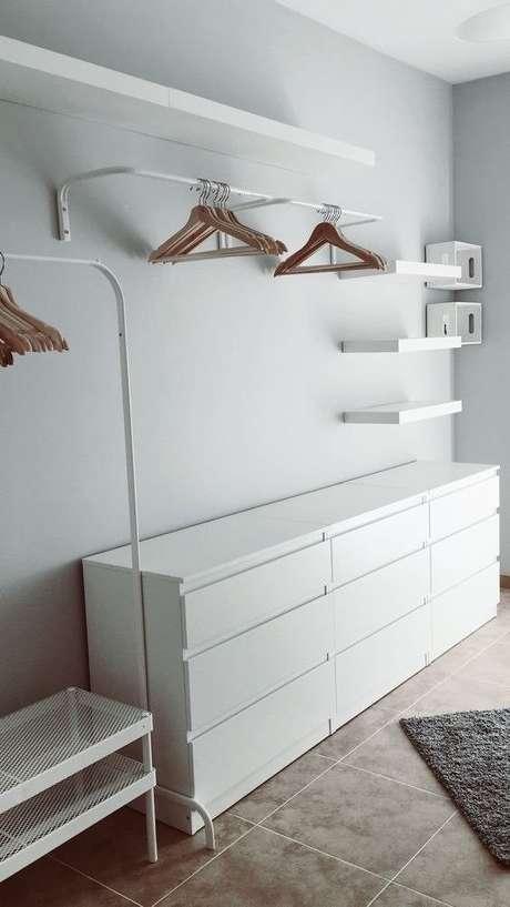 17. Decorações modernas ganham muito com o closet aberto. Foto: Pinterest