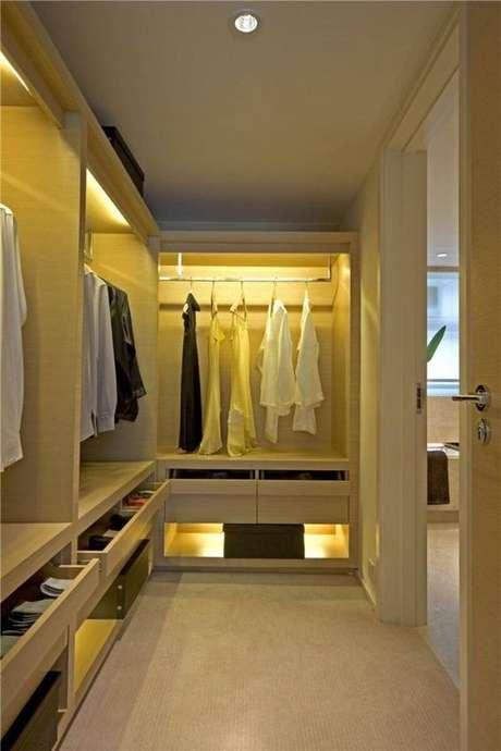35. O closet aberto planejado é sempre mais chique. Foto: Isabelle Style