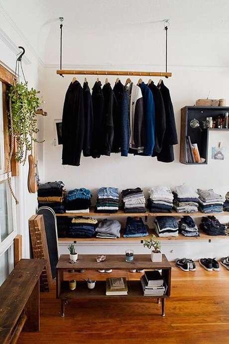 12. O closet aberto é interessante por otimizar espaço. Foto: El Hombre