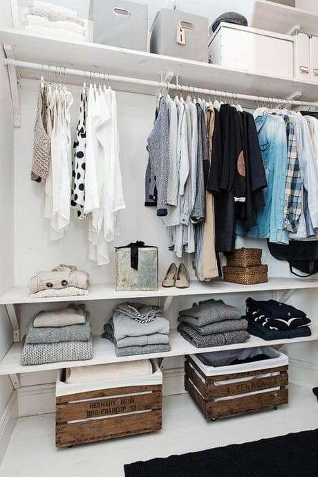 70. Estes caixotes combinam muito com o closet aberto. Foto: Imaginação Fértil