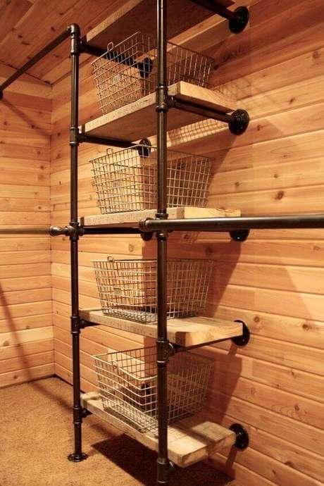 64. Este closet aberto usa uma decoração industrial ao escolher cestas de mercado como gavetas. Foto: Índice Feminino