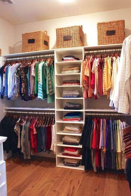 62. As cestas de vime são muito usadas em closet aberto. Foto: US Decorating