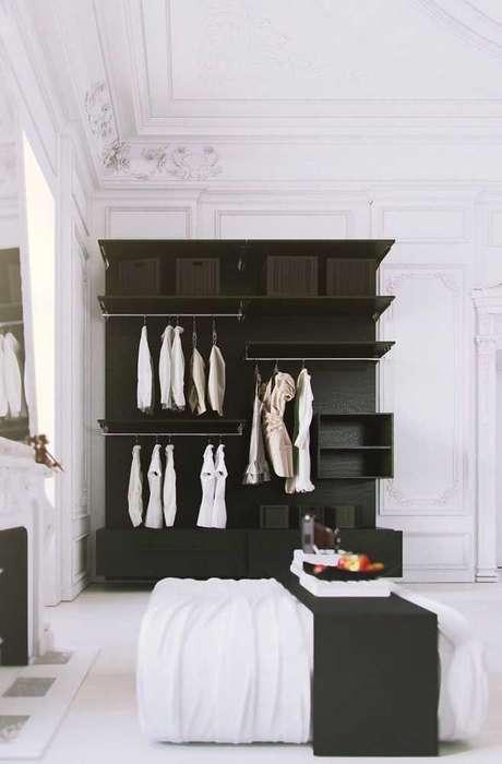 77. O closet aberto pode ter uma proteção em madeira, semelhante ao guarda-roupa. Foto: Decor Fácil