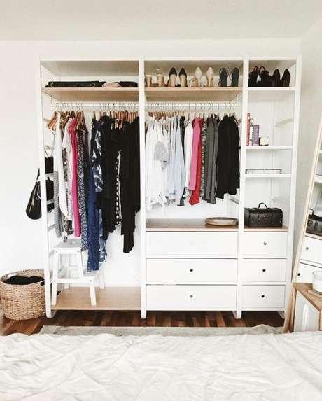 24. O closet aberto possui gaveteiro, diferente do que muitos pensam. Foto: Tua Casa