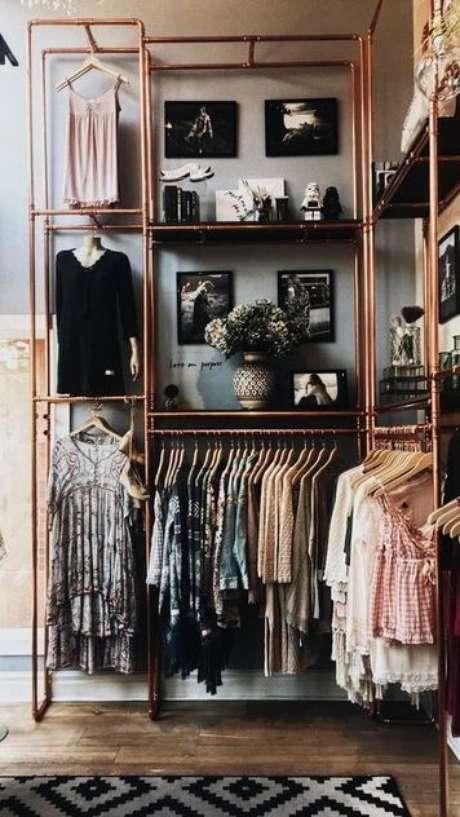 28. Os canos industriais deixam o closet aberto ainda mais estiloso. Foto: Publicidade e Marketing