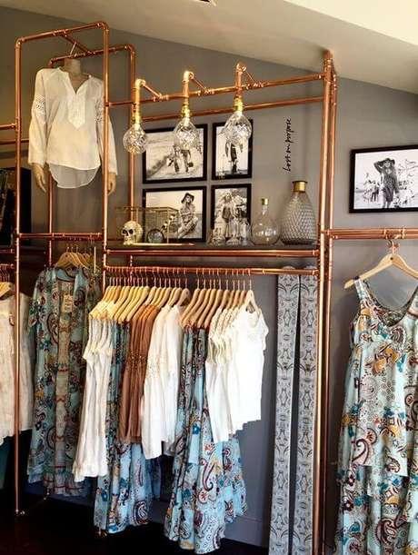 61. A cor cobre deixou esse closet aberto muito mais interessante. Foto: Estilo Próprio By Sir