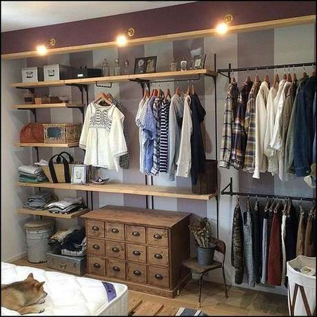 68. Este gaveteiro é interessante por ser clássico e contrastar com o moderno do closet aberto. Foto: Decoração Geométrica