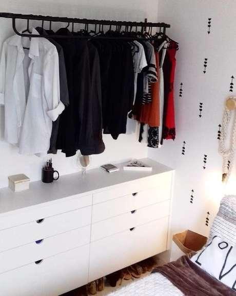 44. Há quem use uma cômoda e um cabideiro para formar um closet aberto. Foto: Tua Casa