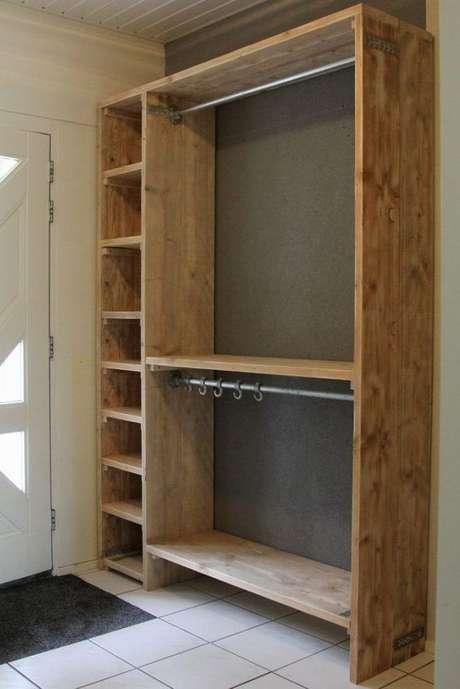 32. O bom do closet aberto é o fato de ser muito estiloso. Foto: Decor Fácil