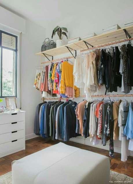11. As prateleiras são muito importantes para o closet aberto. Foto: Estilo Próprio By Sir