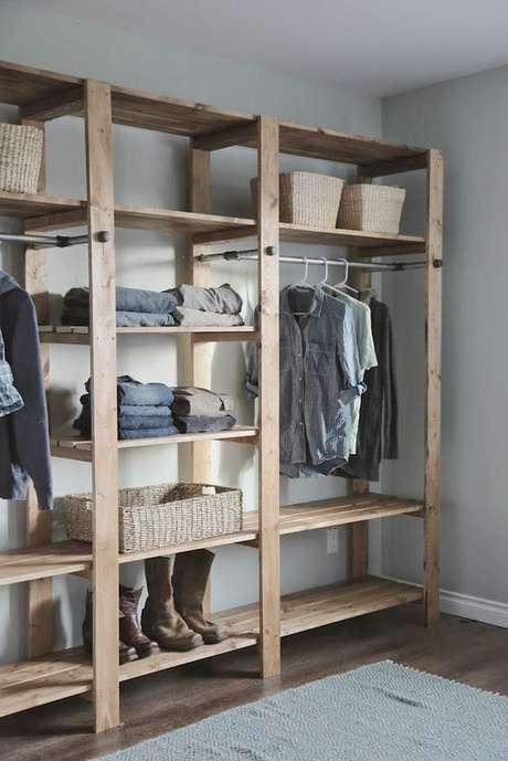 7. A madeira costuma ser o material mais utilizado no closet aberto. Foto: Decor Fácil
