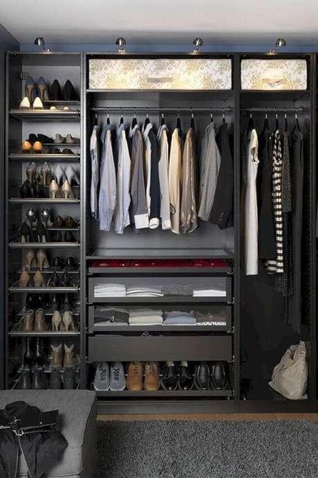 63. Até a escolha de cabides é importante no closet aberto. Foto: Decoredo