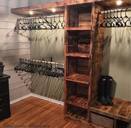 27. A madeira de demolição oferece muita beleza ao closet aberto. Foto: Pinterest