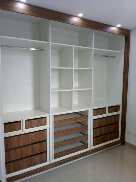 54. Este closet aberto parece muito com um guarda-roupa. Foto: Viva Decora