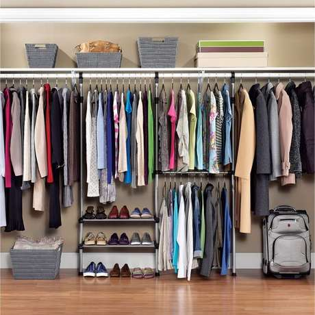 13. O quarto ganha muito com closet aberto. Foto: Kohls