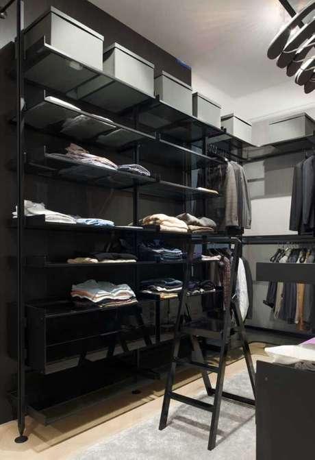 72. O preto deixa o closet aberto muito classudo. Foto: Decor Fácil