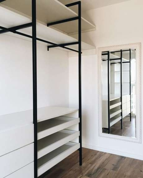 53. Contrastar cores é muito interessante de se fazer no closet aberto. Foto: Painting Easy