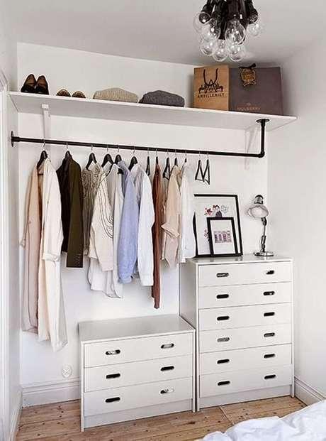 23. Um simples cabideiro já faz um closet aberto. Foto: Habitíssimo