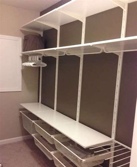 56. O closet aberto pode ter diferentes tipos de gavetas, prateleiras etc. Foto: Coastal Shows