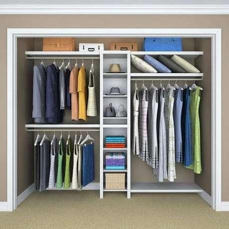 25. O closet aberto é ainda mais interessante quando está embutido na parede. Foto: Blog Anisa