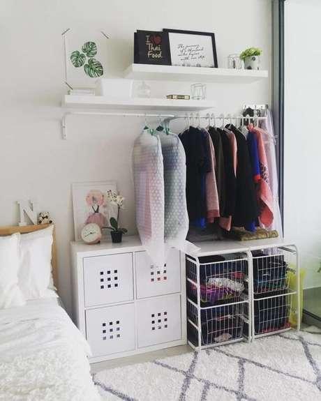 38. Você pode fazer um closet aberto com poucos elementos. Foto: Tua Casa