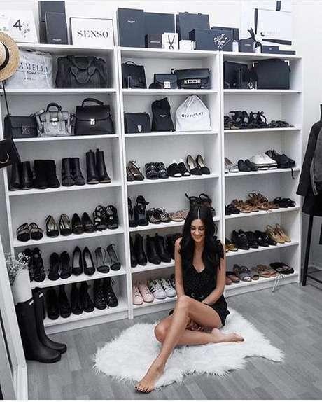 26. O closet aberto oferece muito espaço ao cômodo. Foto: Pinterest