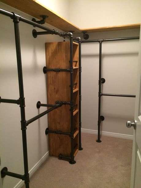47. Mais um exemplo de como canos industriais podem ser usados em um closet aberto. Foto: Pinterest