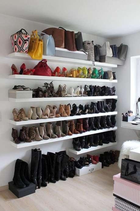 67. A prateleira deve ser muito bem escolhido em um closet aberto. Foto: Painting Easy